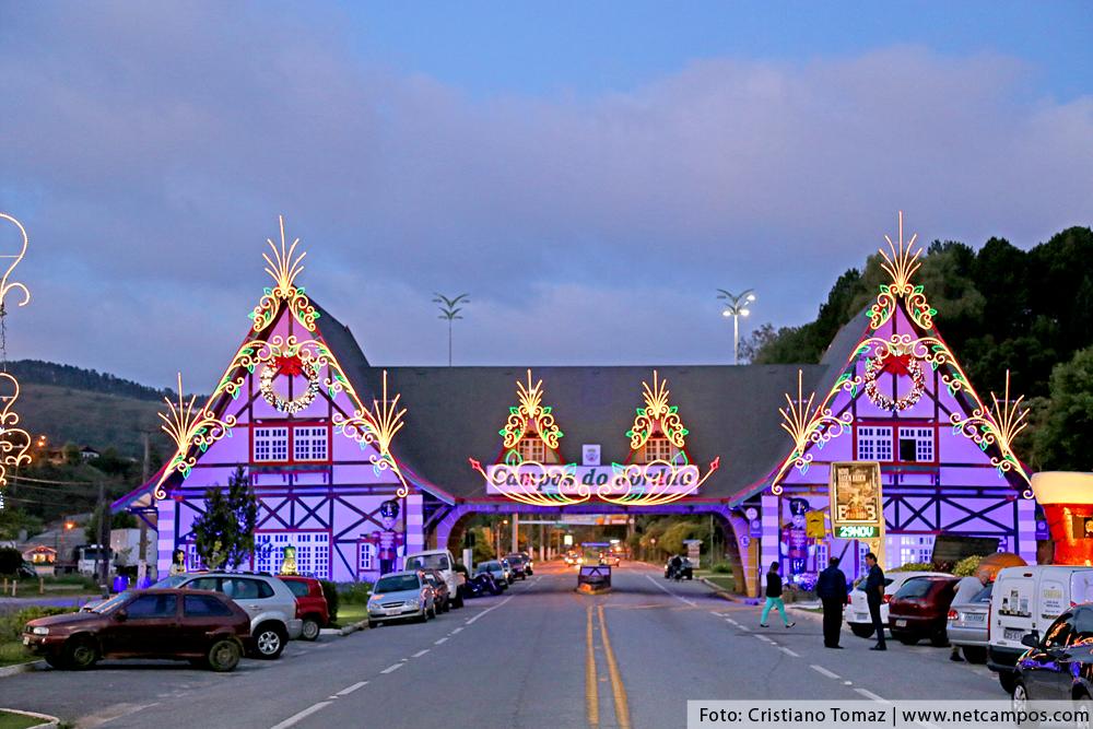 Portal de Campos do Jordão decorado para o Natal