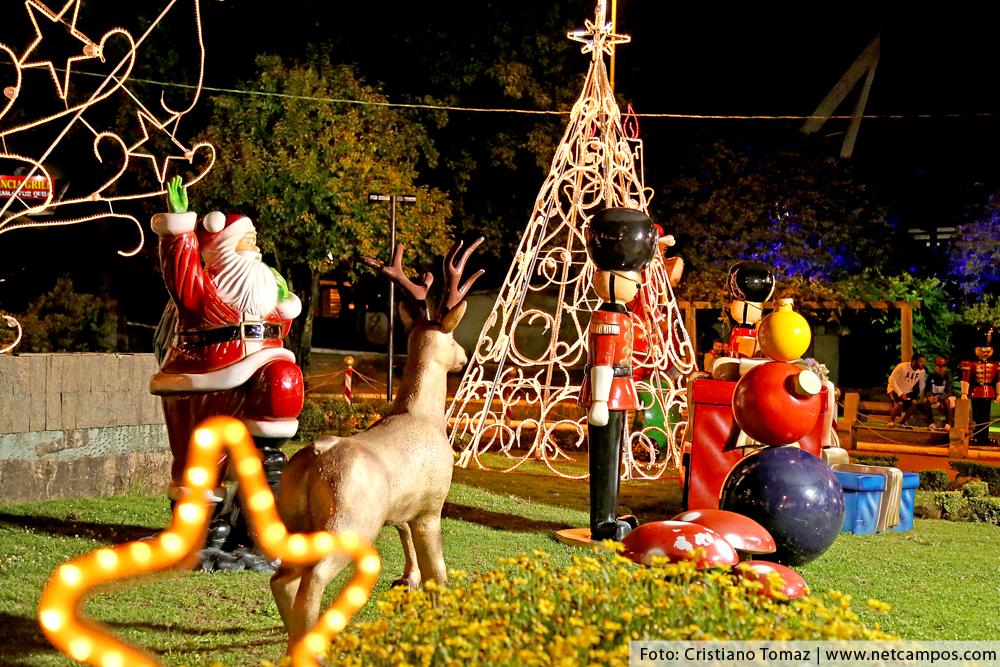 Praça da Bandeira em Campos do Jordão decorada para o Natal