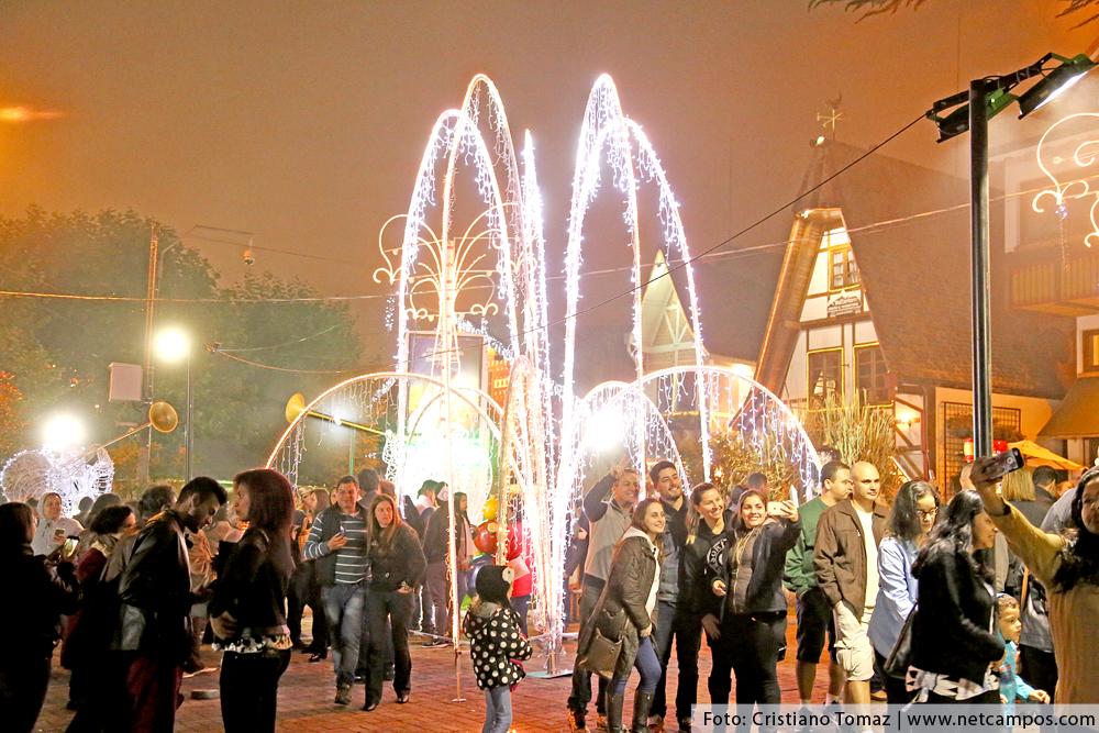 Praça São Benedito em Campos do Jordão decorada para o Natal
