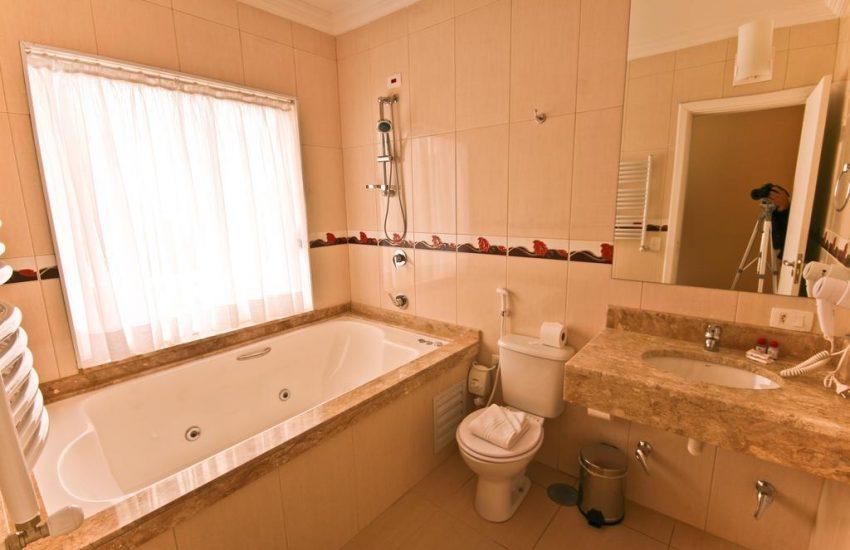 banheiro-hotel-chris-park-campos-do-jordao-02