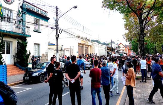 Empresários de Campos do Jordão fazem protesto em frente a Prefeitura Municipal