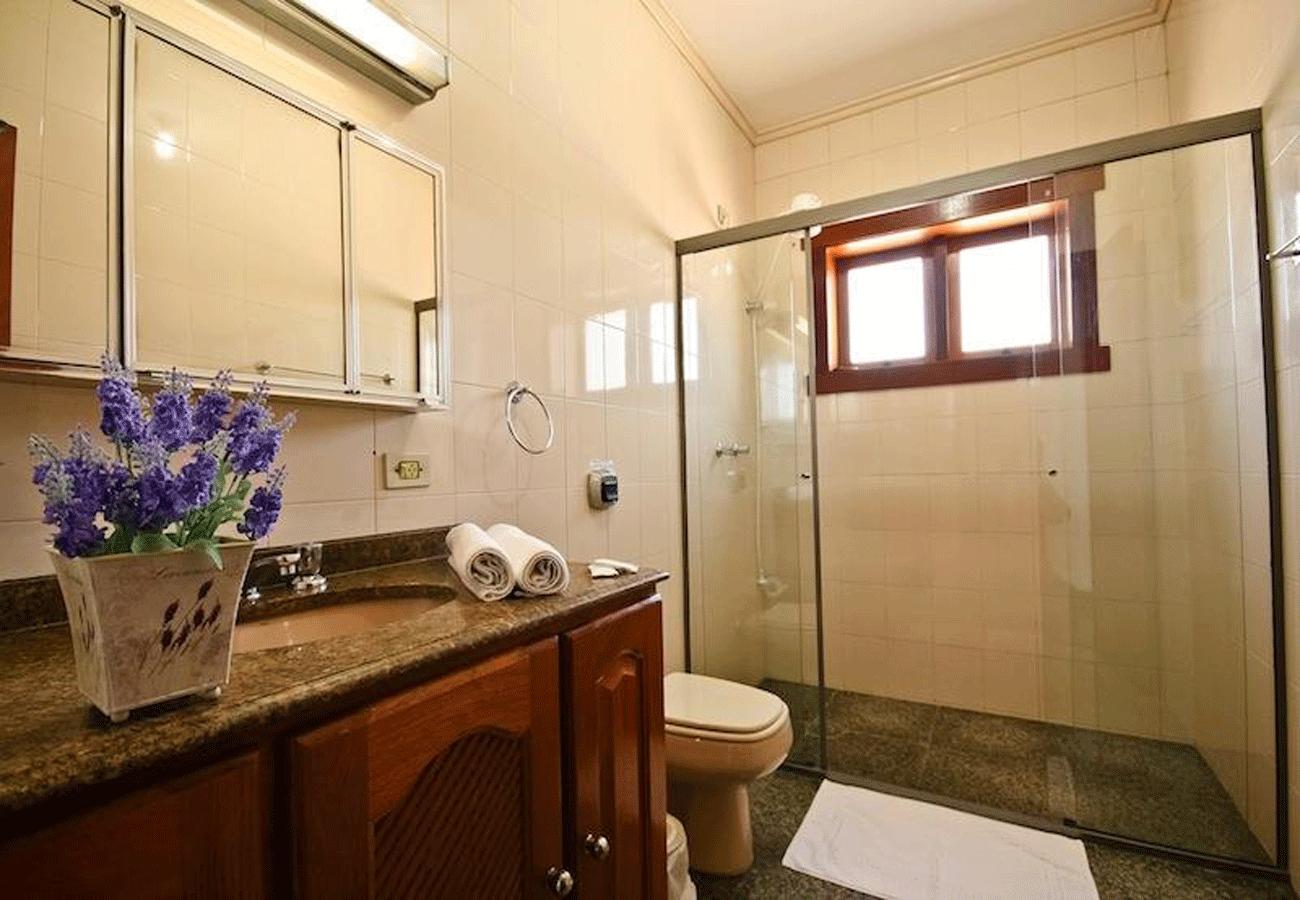 banheiro-pousada-recanto-feliz-campos-do-jordao-01