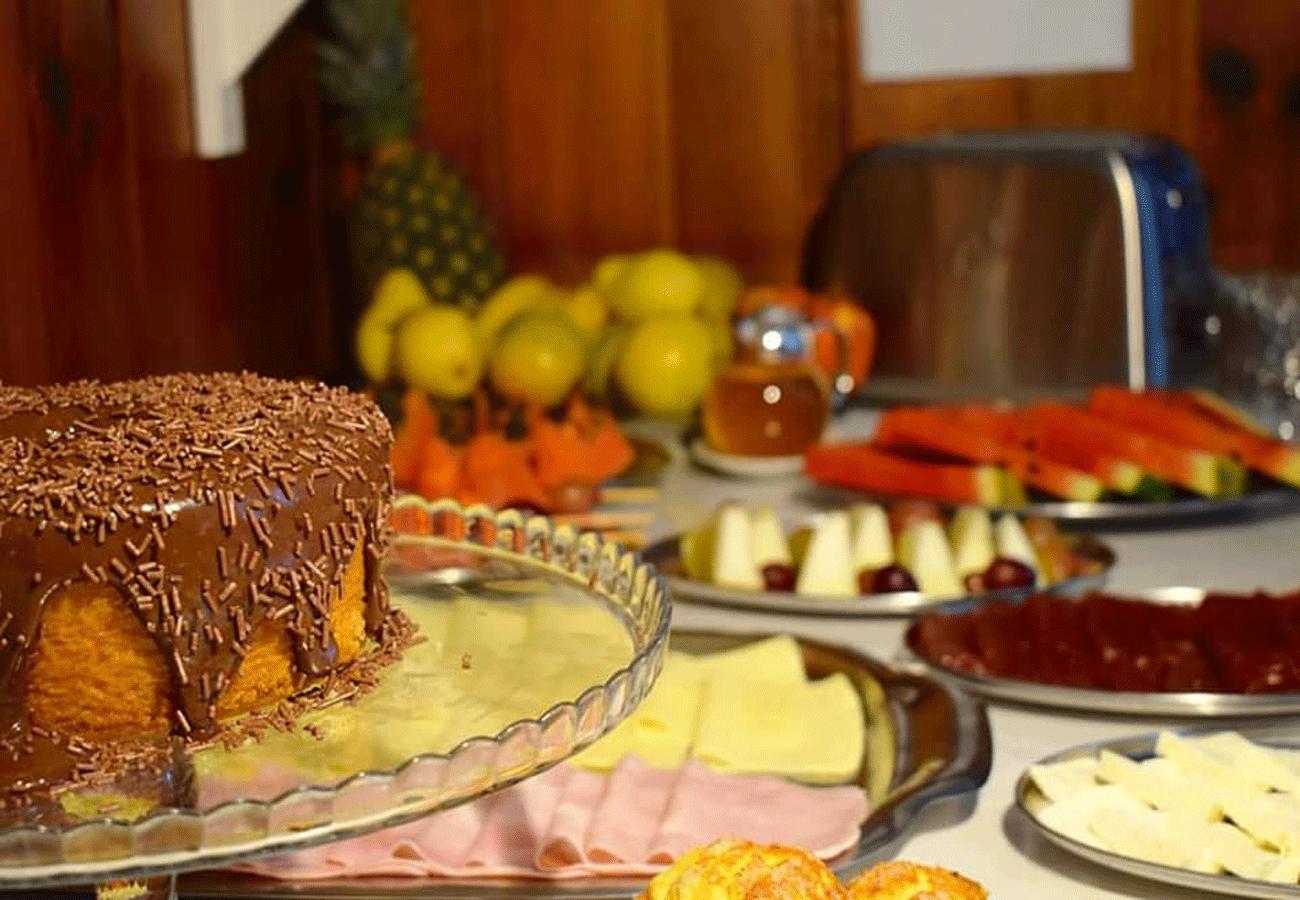 cafe-da-manha-pousada-curumi-campos-do-jordao-01